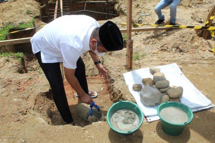 Bupati Tapanuli Tengah Bakhtiar Ahmad Sibarani meletakkan batu pertama sebagai awal dimulainya pembangunan renovasi total Masjid Al-Huda Kelurahan Hutanabolon. Foto: istimewa