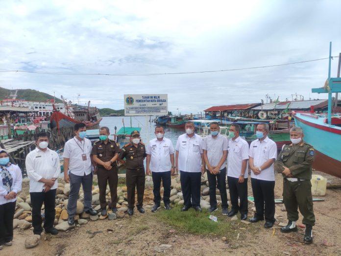 Kepala Kejaksaan Negeri Sibolga bersama Wali Kota Sibolga, Jamaluddin Pohan foto bersama usai melakukan eksekusi lahan. Foto: istimewa