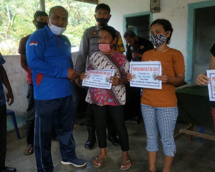 Pemberian Bantuan Langsung Tunai (BLT) dari Dana Desa yang diserahkan oleh Camat Sarudik. Foto: istimewa